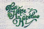 Зелени графити или декорация с мъх на стената